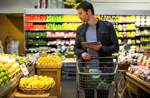 omul care cumpără alimente