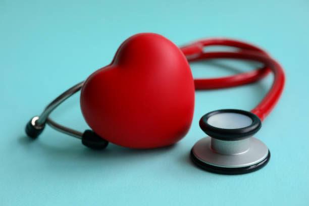 inima și stetoscop pentru a măsura tensiunea arterială